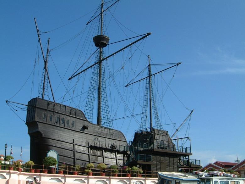 Malacca-Maritime-Museum-Portuguese-Galleon-Flor-de-la-Mar-replica-Mar-2001-01.jpg